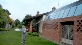 Un operaio disinfetta il tetto di una casa