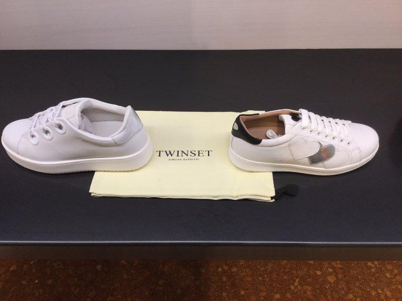 Due scarpe da ginnastica bianche su fazzoletto Twinset