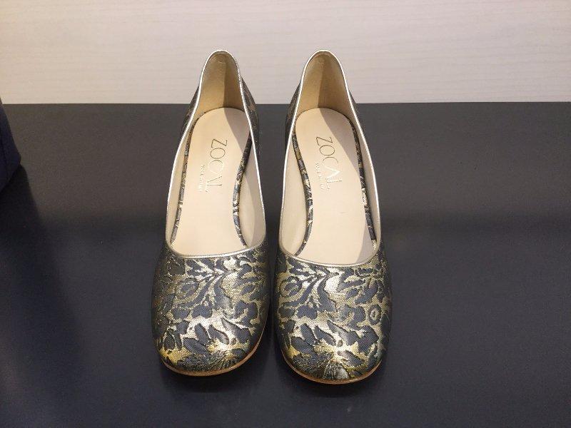 Un paio di scarpe classiche con tacco basso