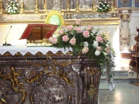decorazione floreale sopra ad altare