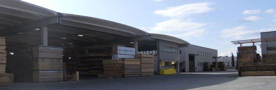 delle pile di bancali di legno davanti a un edificio