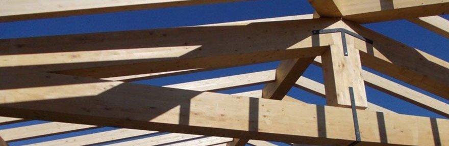 una struttura di legno per una tettoia