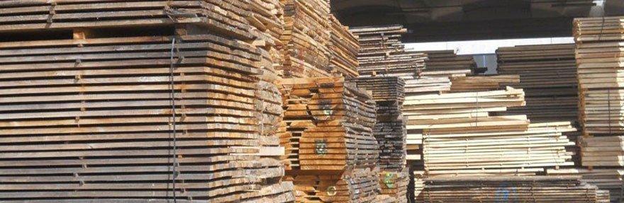 un insieme di assi di legno