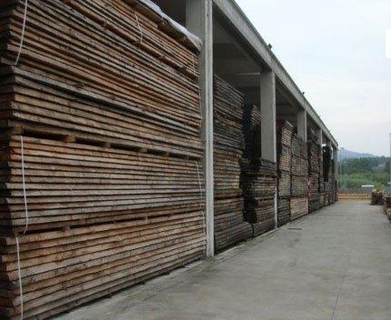 delle pile di pannelli di legno