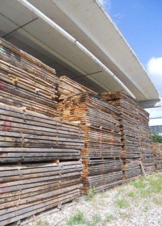 un insieme di pile di legno