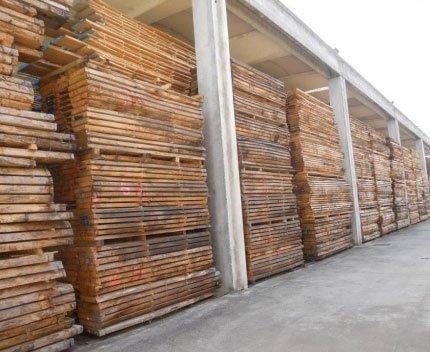 delle lastre di legno sotto una tettoia