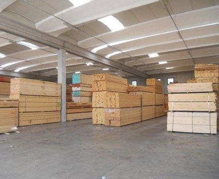 dei pannelli di legno chiaro