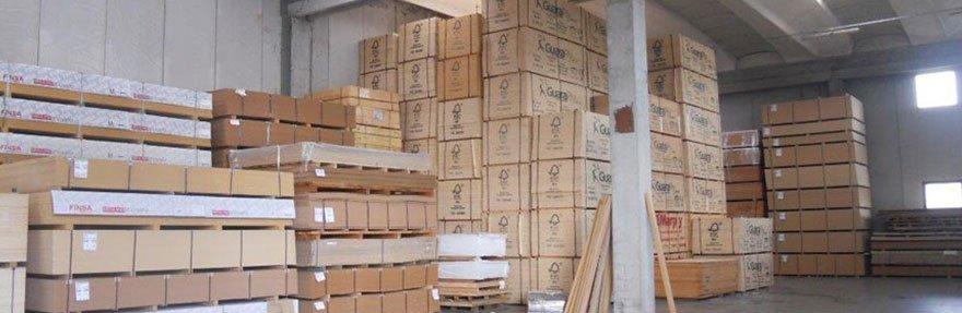 delle lastre di legno in un magazzino