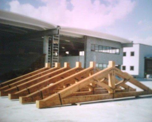 delle struttura di legno a forma di triangolo