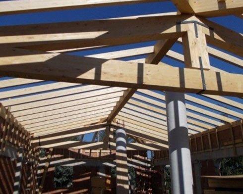 durante la costruzione di un tetto in legno