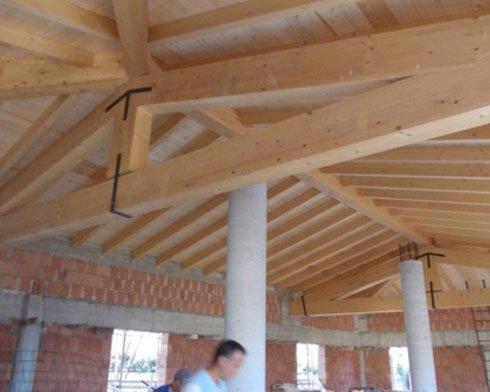 un tetto di legno supportato da delle colonne
