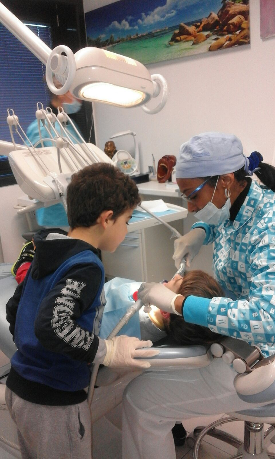 dottoressa che visita un bambino