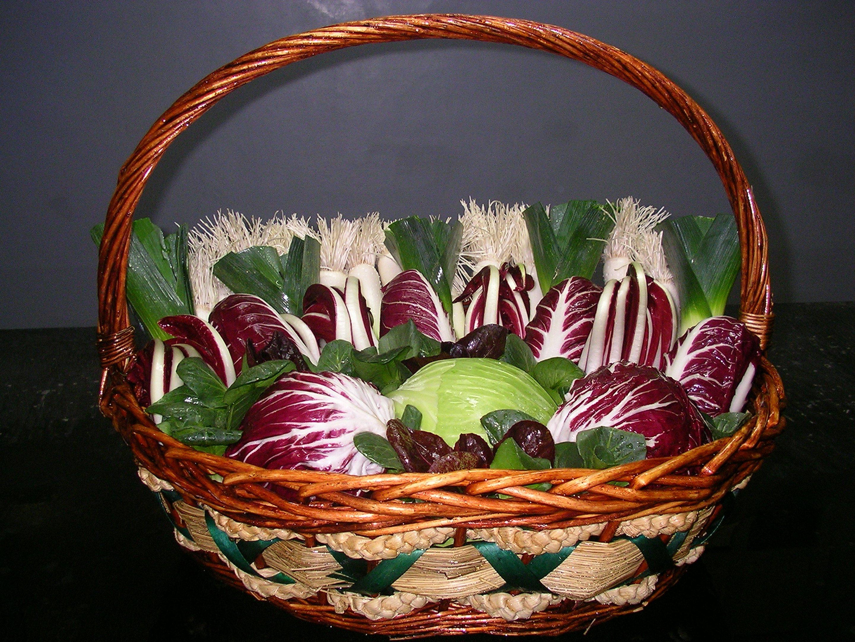 composizione artistica in cesto con radicchio porro e verza