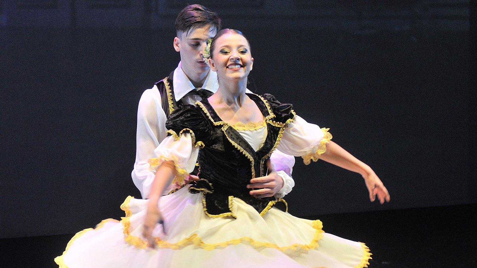 una coppia di ballerini che danza