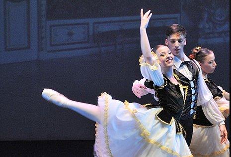 una coppia di ballerini che balla