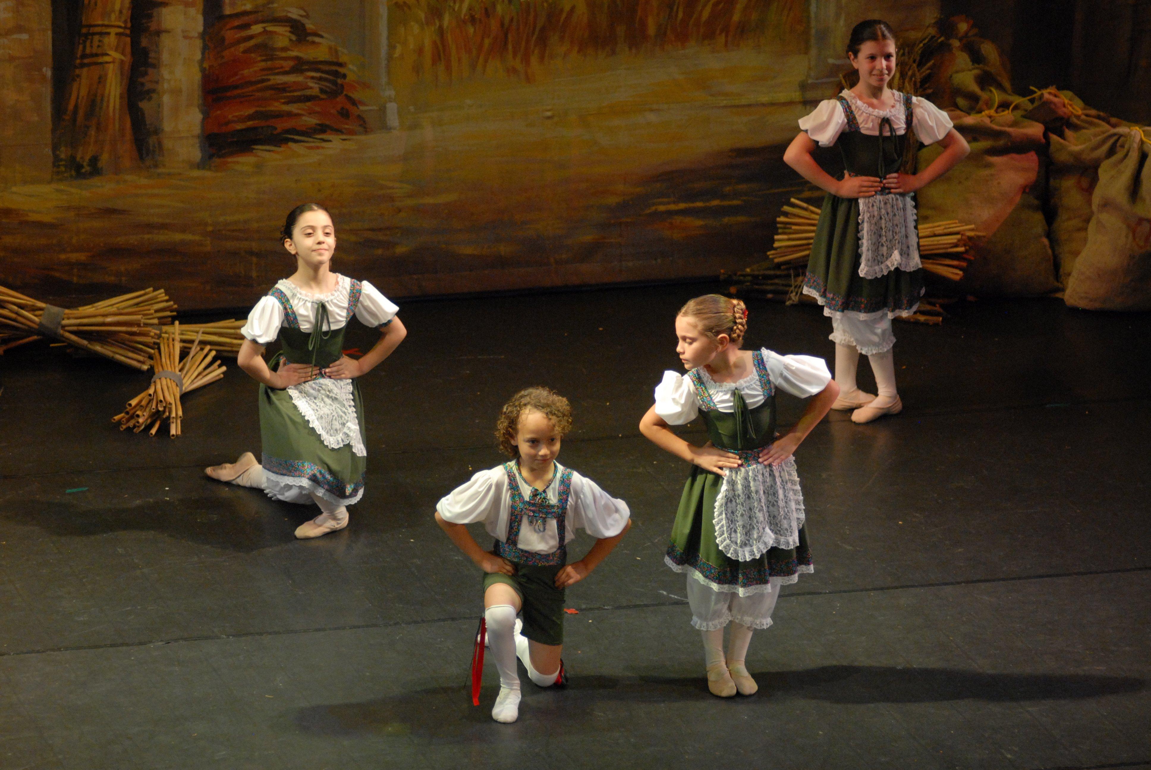 delle bambine vestite da contadine durante uno spettacolo