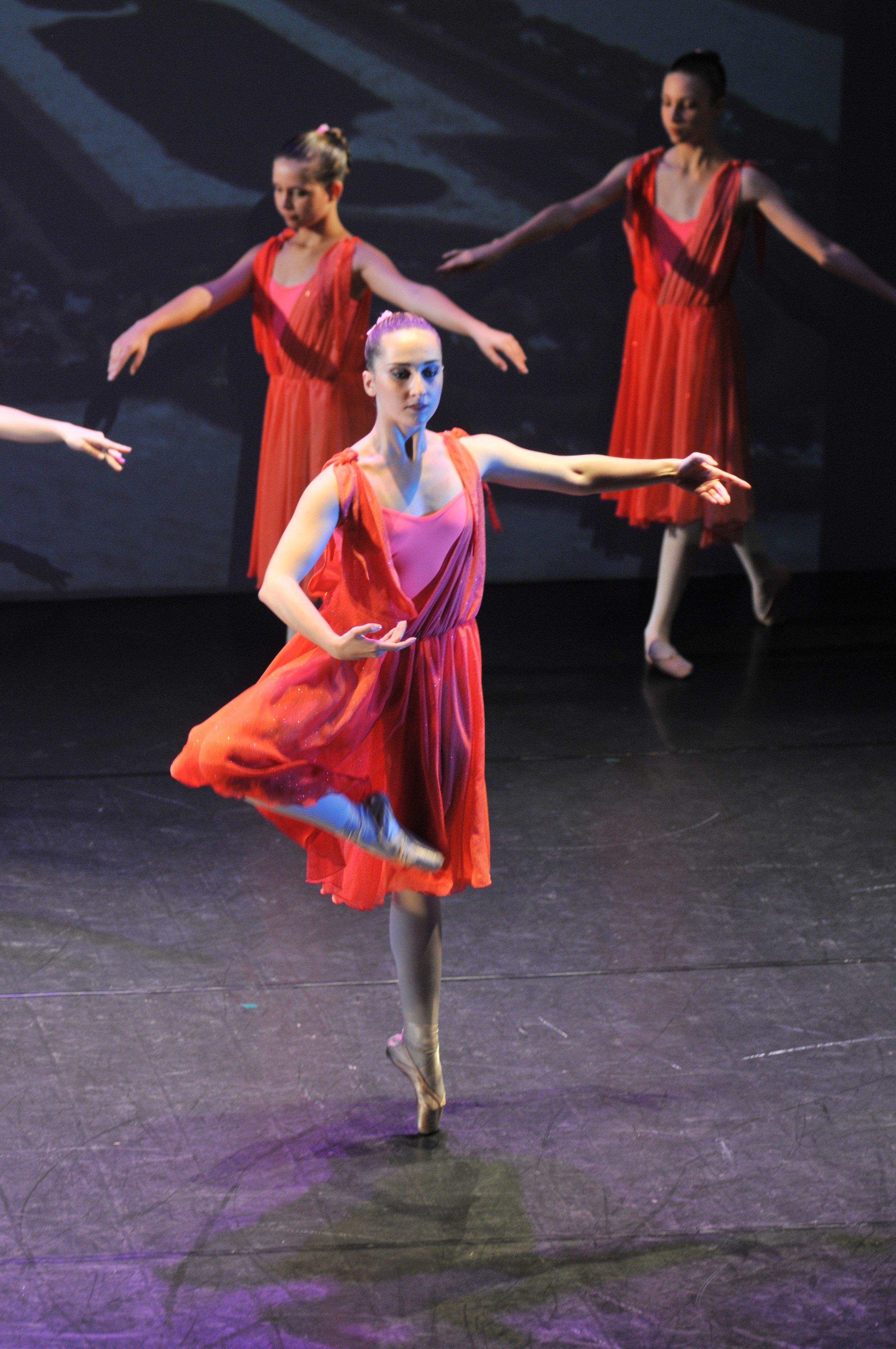 delle ragazze con dei vestiti rossi mentre danzano