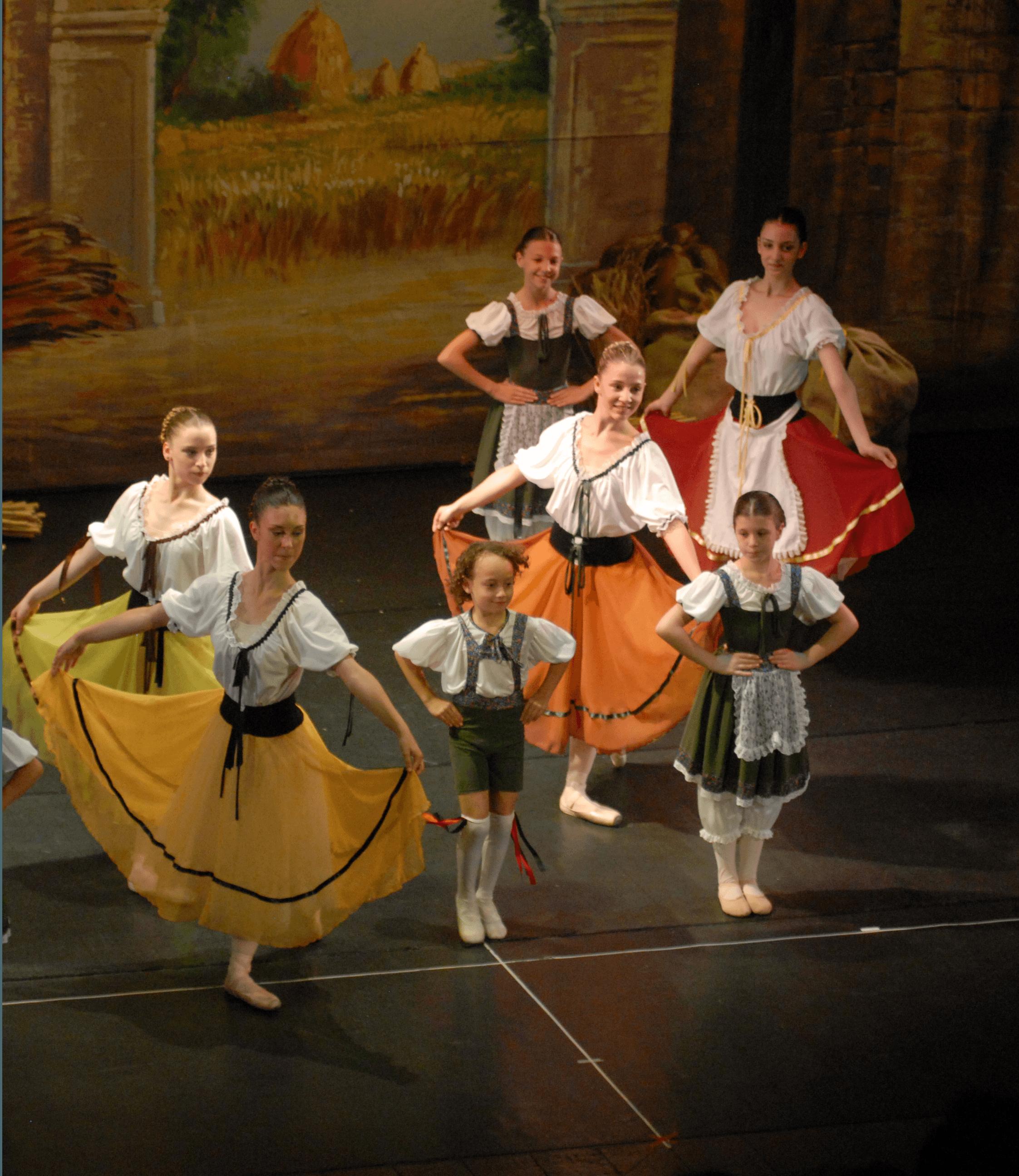 delle bambine e ragazze durante uno spettacolo di danza