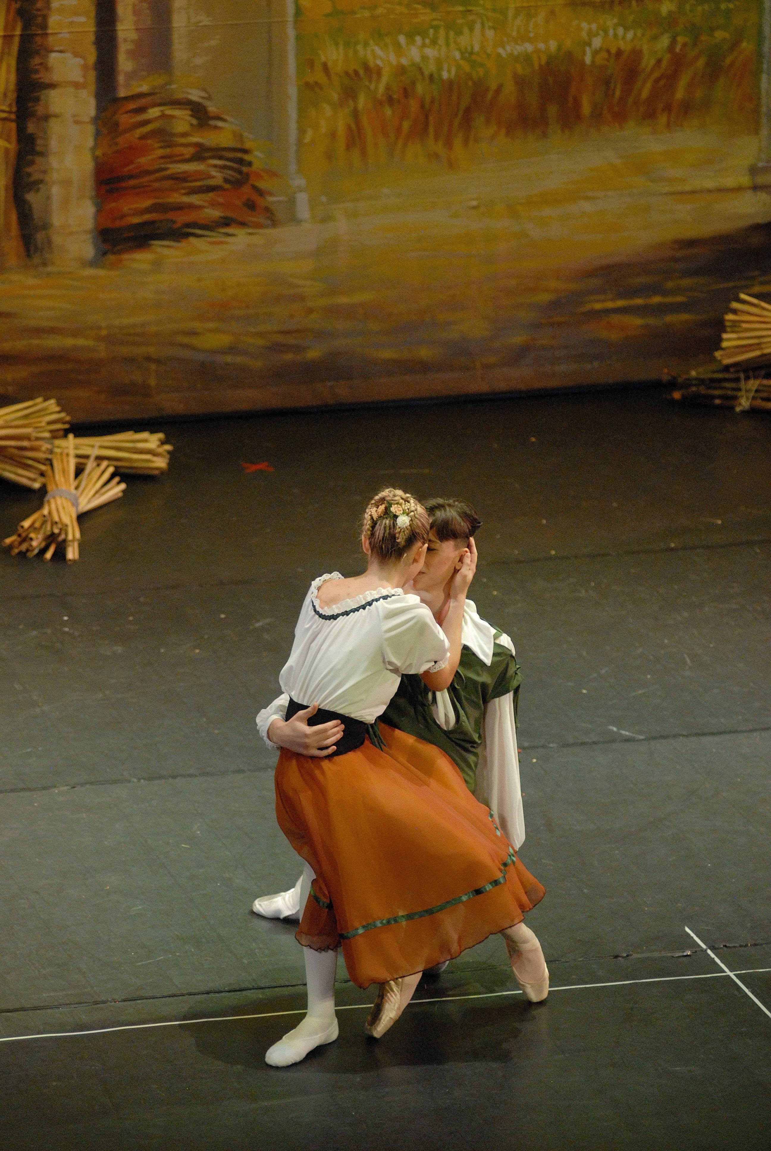 un ragazzo che abbraccia una ragazza durante una danza
