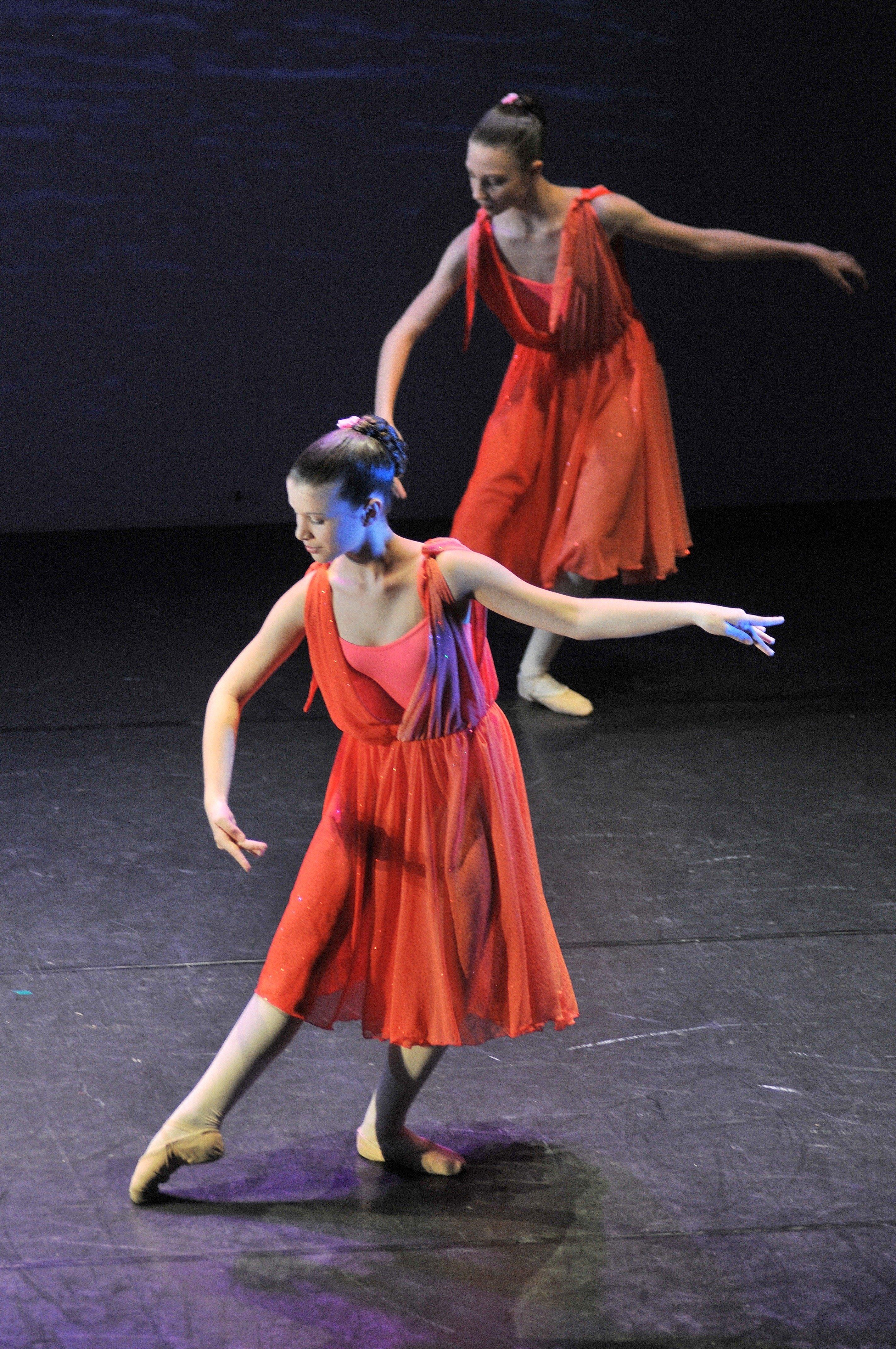 due ragazze vestite di rosso che danzano