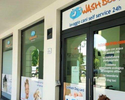 vetrina del locale per lavaggio cani