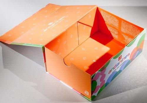 scatola di carta arancione con qualche fantasia fuori