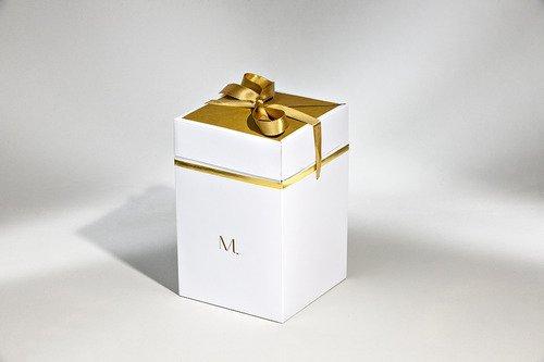 scatola bianca con inserti in oro