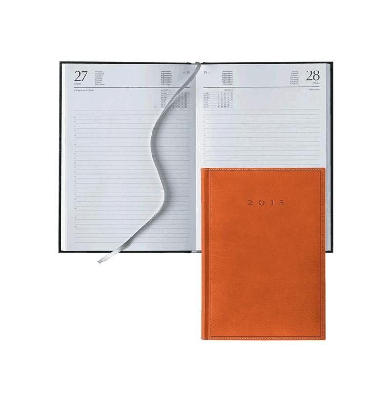 agenda arancione sopra una aperta