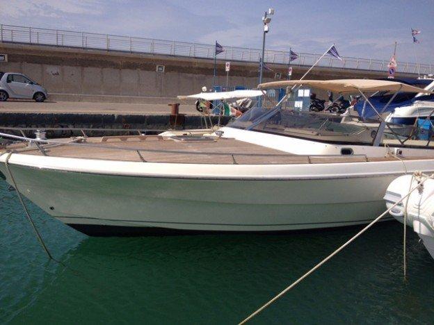 vista parziale di una barca che attracca al molo