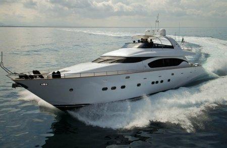 yacht di grandi dimensioni in mare
