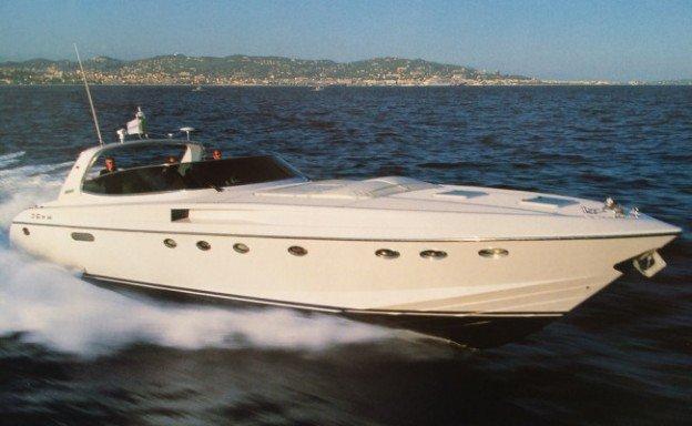 yacht in primo piano con uno sfondo su terra ferma