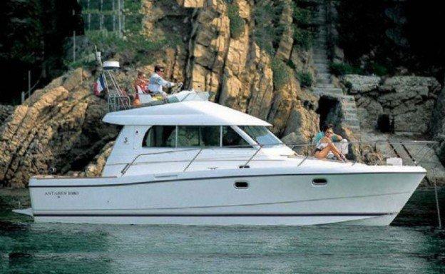 yacht vicino a degli scogli