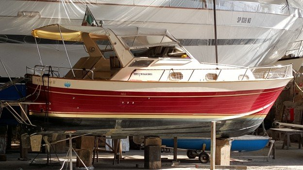 barca bianca e rossa parcheggiata al porto