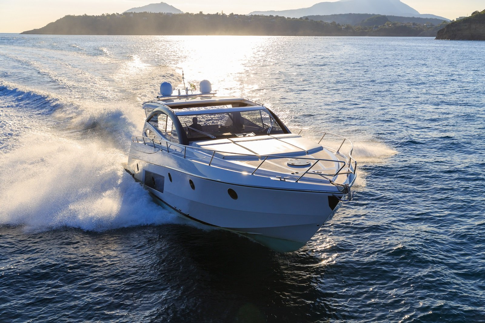 vista fontale di un motoscafo in mare
