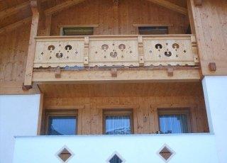 balcone con intagli