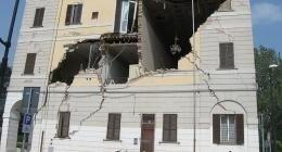 palazzo dilaniato da un terremoto