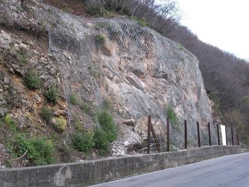 rete contenimento pietre a bordo strada
