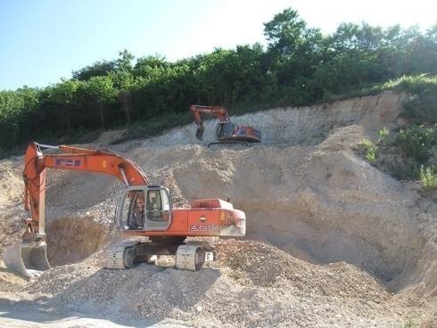 due escavatori all'opera