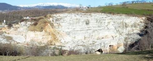 cava sul lato di una collina
