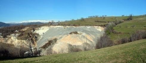 collina con strato roccioso scavato