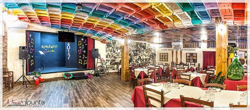 vista di ristorante con la televisione