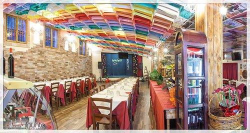 vista di ristorante con sedie