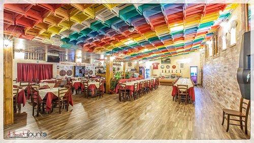 vista di ristorante con sedie e tavoli