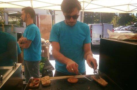 Cuoco cucina per eventi al ristorante vegano Sfood a Torino
