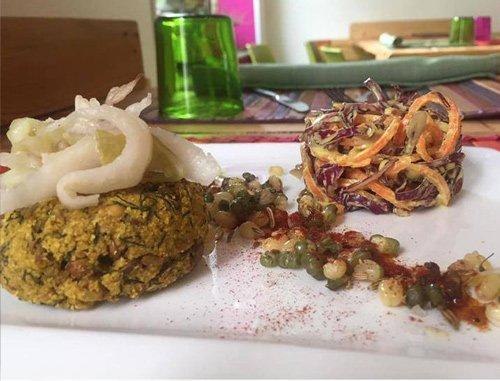 Piatto vegano e vegetariano di fagioli cavolo lenticchie e carota a Torino