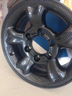 particolare di raggi di ruota da moto decorati