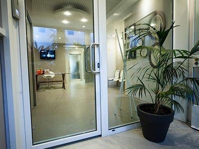 una porta in vetro è un vaso con una pianta