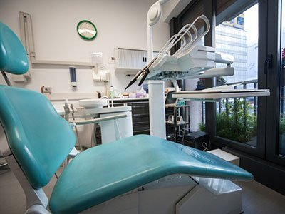 un sedile azzurro in uno studio dentistico