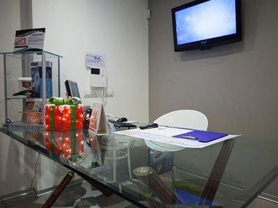 un tavolo in vetro e una sedia bianca