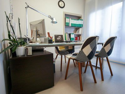 un tavolo con due sedie